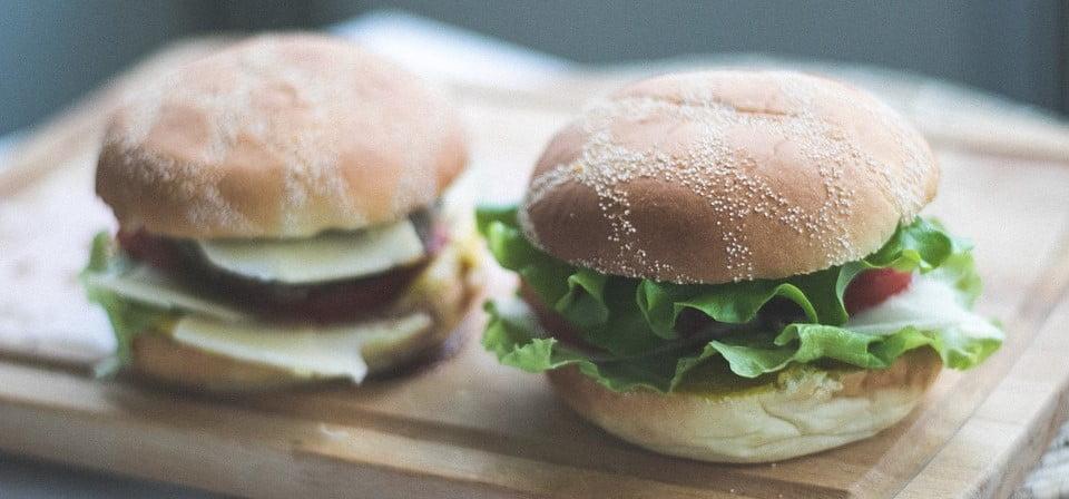Domowe burgery – jak przygotować idealnego burgera?